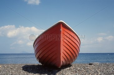rotes Boot am Strand von Canneto  italien