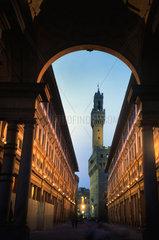 Palazzo Vecchio und die Uffizien bei Nacht  Florenz Italien