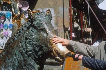 Italien Firenze Wildschweinskulptur als Gluecksbringer