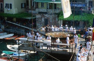Italien  Ligurien  Camogli  Fischfest mit grosser Fischpfanne