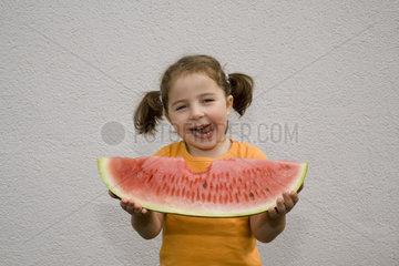 Maedchen isst eine Melone
