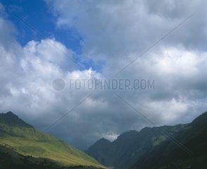 Hautes Pyrenaeen Pyrenaeen Pyrenee  Blick von Serres auf die Auslaeufer des Massiv de Neouvielle