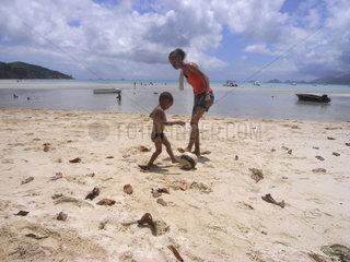 Seychellen  Beau Vallon Beach  zwei Kinder spielen am Strand