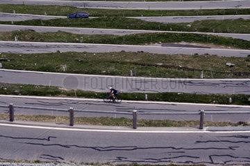 Fahrradfahrer f__hrt Serpentinen hinauf