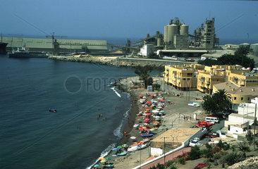 haesslicher Strand mit Industrieanlage
