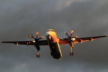 FLugzeug Typ Dash 8 im Anflug