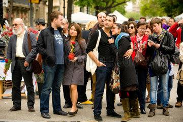 Barcelona  Spanien  Menschen auf der Strasse am Sant Jordi Tag