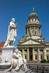 Berlin  Deutschland  Franzoesischer Dom und Schillerdenkmal am Gendarmenmarkt