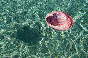 Hut schwimmt im Meer