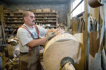 Neu Zittau  Deutschland  Boettchermeister Denis Merten in der Werkstatt der Boettcherei Messerschmidt