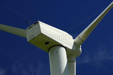 Rotor einer Windturbine vor blauem Himmel