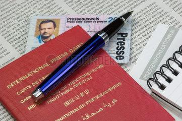 Internationaler und nationaler Presseausweis auf einer Zeitung liegend