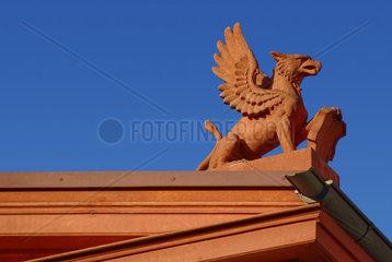 Vogel Greif auf einem Dachgiebel  Klassizistische  historistische Architektur
