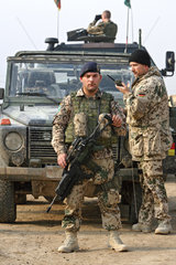 Mazar-e Sharif  Afghanistan  Bundeswehrsoldat der ISAF-Schutztruppe auf Patrouille