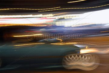 Berlin  Lichtspuren von Auto und Strassenleuchten bei Nacht