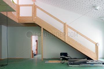 Berlin  Deutschland  eine frisch eingebaute Holztreppe in einer Kindertagesstaette