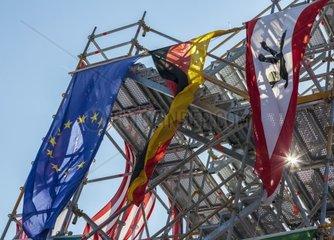 Nationalflaggen haengen an einem Geruest