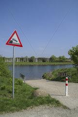 Gefahrenschild am Main-Donau-Kanal in Nuernberg-Gebersdorf