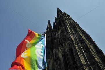 Friedensfahne und Koelner Dom  Koeln  Nordrhein-Westfalen  Deutschland  Europa