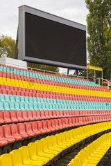 Sitzplaetze und Videoleinwand in einem Sportstadion