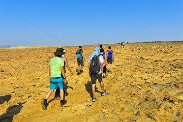 Overtourism  Gruppen von Touristen auf dem Weg zum Dallol Krater  Aethiopien