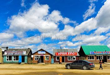 Teehaeuser und Fastfood-Restaurants an der Hauptstrasse bei Ulaanshiveet  Mongolei