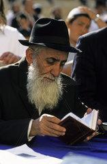 Die Tora ist ein Teil des juedischen Tanach  Klagemauer in Jerusalem  Israel