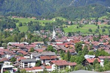 Oberstdorf mit Pfarrkirche St. Johannes Baptist  Oberallgaeu  Bayern  Deutschland  Europa