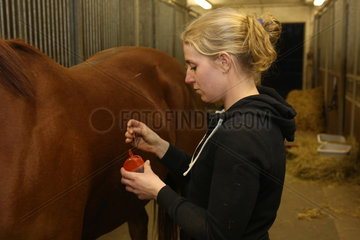 Neuenhagen  Deutschland  Akupunkteurin entsorgt gebrauchte Akupunkturnadeln