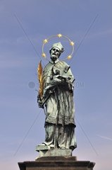 Statue des Hl. Johann von Nepomuk  Karlsbruecke an der Moldau  UNESCO Weltkulturerbe  Prag  Tschechien Republik  Europa