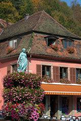 Markirch  Frankreich  Frauenskulptur an der Fontaine de la Jeune Fille an der Hauptstrasse