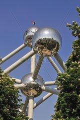 Atomium  1958 zur Weltausstellung gebaut  stellt mit Hilfe von neun Atomen die kubisch-raumzentrierte Elementarzelle einer Eisen-Kristallstruktur in 165-Milliarden-facher Vergroesserung dar  Bruessel  Belgien  Europa