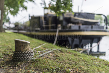 Flussschiff am Ufer
