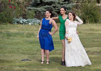 Tiflis  Georgien  eine georgische Braut mit ihren Brautjungfern