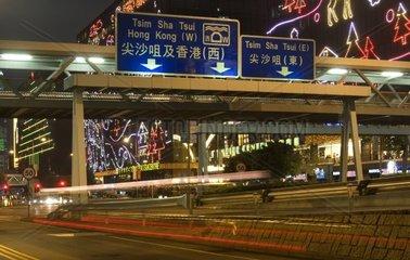 Lichter und Lichtspuren am Abend in den Strassen von Kowloon  Hongkong