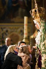 Sevilla  Spanien  ein kleines Maedchen kuesst die Hand der Jungfrau von Macarena