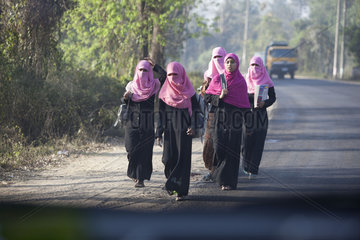 verschleierte Muslima im Tschador auf der Landstrasse i