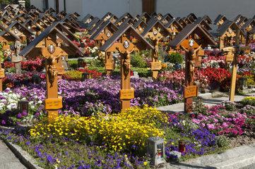Friedhof mit uniformen Grabkreuzen  Ausserberg  Wallis  Schweiz