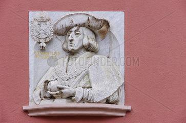 Marmorportraet Kaiser Maximilians I. 1459 bis 1519   Aussenfassade des Hauses zum Walfisch  Freiburg i. Breisgau  Deutschland