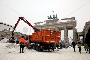 Schneeraeumung am Pariser Platz