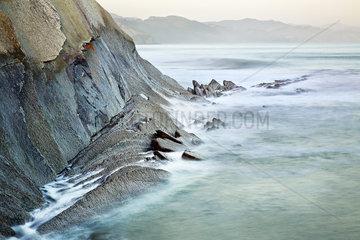Felsenkueste bei Zumaia  Baskenland  Golf von Biskaya  Spanien