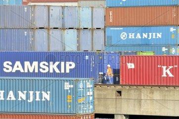 Containerschiff wird beladen  Binnenhafen in Duisburg  Nordrhein-Westfalen  Deutschland  Europa -