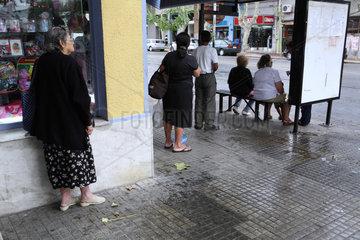 Colonia del Sacramento  Uruguay  Leute warten auf den Bus