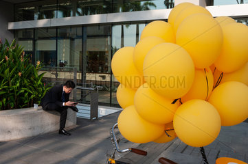 Singapur  Republik Singapur  Gelbe Luftballons in Marina Bay Sands