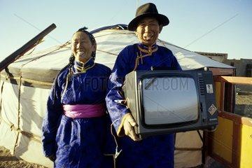 Mongolei Mongolen vor Jurte Fernseher