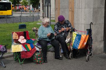 Berlin  Deutschland  Frauen stricken am Wittenbergplatz
