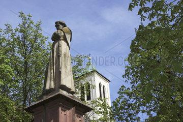 Brunnendenkmal von Berthold Schwarz  Erfinder des Schwarzpulvers  vor der Martinskirche in Freiburg im Breisgau  Baden-Wuertemberg  Schwarzwald  Deutschland