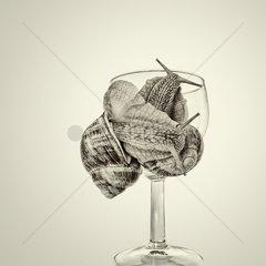 Gebilde von Weinbergschnecken an einem Weinglas  getonte Schwarzweiss Bearbeitung.