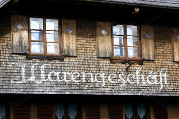 alte Holzschindelfassade eines ehemaligen Warenhauses in Altglashuetten  Schwarzwald