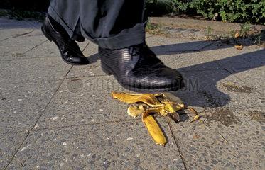 Mann tritt auf Bananenschale
